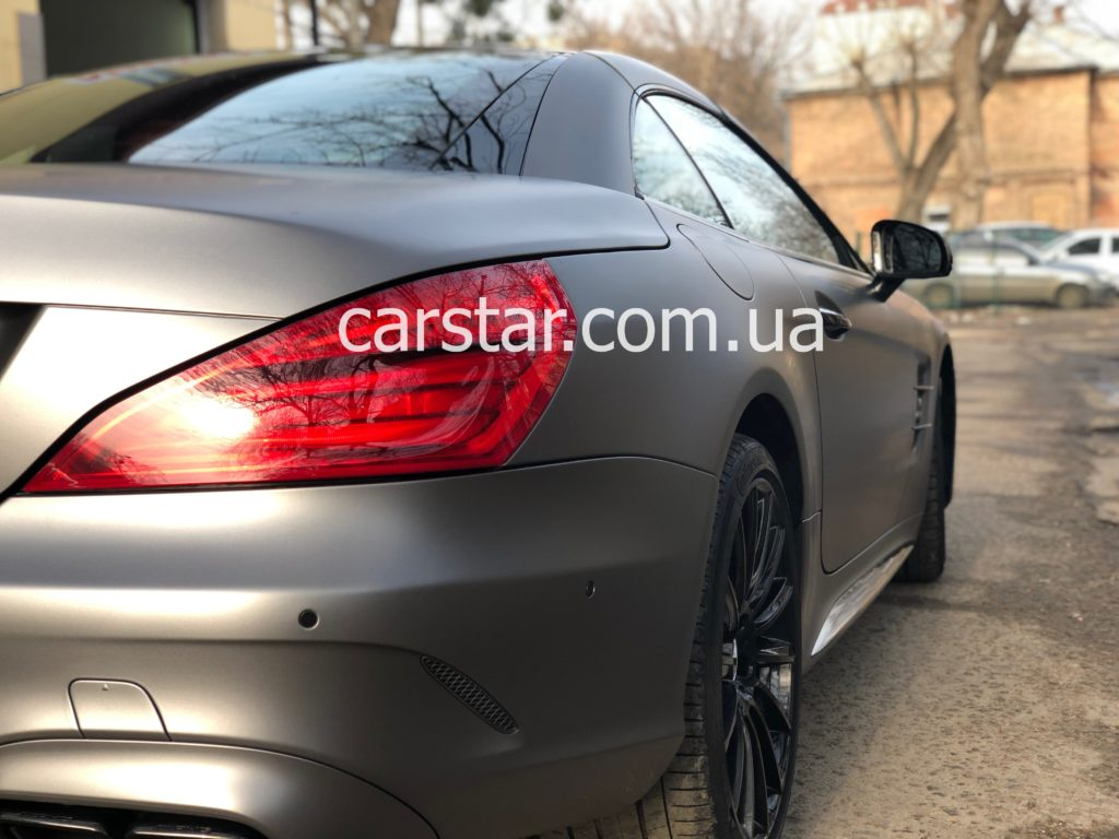 Mercedes SL вид оклеенного автомобиля сзади